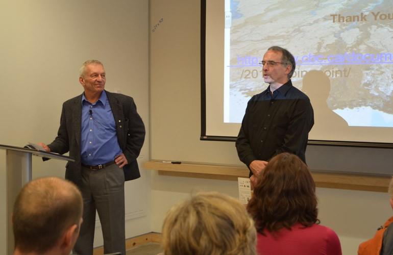 Un des environnementalistes canadiens les plus réputés et les plus influents, le professeur David Schindler s'est entretenu avec des chercheurs et des étudiants des cycles supérieurs au Centre pour la vitalité des lacs Vale et a lancé la série de conférences «Watershed Talks» devant un auditoire débordant. 07/12/11