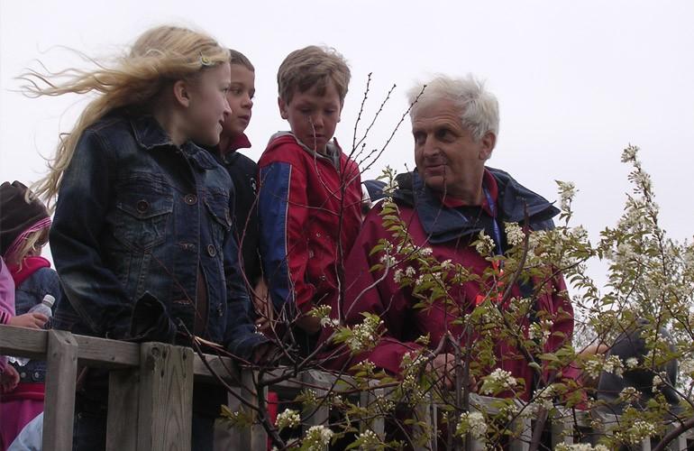 Les nombreux organismes, auxquels le professeur Peter Beckett apporte son expertise technique, aiment bien ses efforts pour améliorer l'environnement. Dans cette photo, dans le cadre du programme des Routes de l'arc-en-ciel, «Les sentiers de l'apprentissage», il inspire des enfants à devenir environnementalistes.