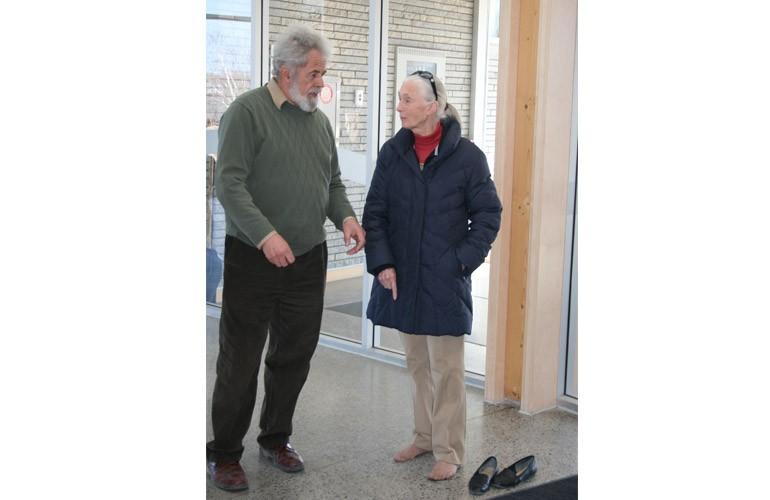 Beaucoup de dignitaires visitent le Centre, notamment Jane Goodall (26 mars 2012). Sur cette photo, Mme Goodall essaie le chauffage par rayonnement géothermique sous le plancher pendant que le professeur DavidPearson lui explique les avantages de cette source efficace de chaleur.